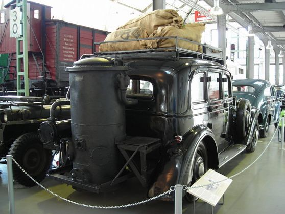 800px-Adler_Diplomat_3_GS_mit_Holzgasgenerator-hinten_rechts
